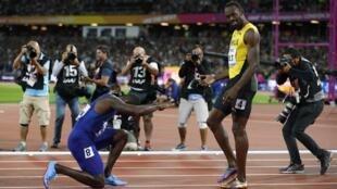 El norteamericano Justin Gatlin se arridilla ante Usaint Bolt tras vencer en la prueba de los 100 metros planos en el Mundial de Atletismo de Londres 2017.