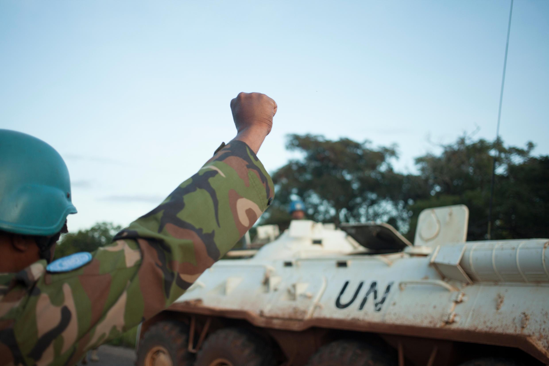 Des casques bleus de la Minusca sécurisent un convoi sur la route de Bouar à Bangui, le 15 octobre 2017.