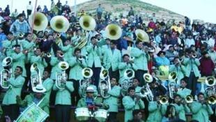 Carnaval en Bolivia: los miembros de las famosas bandas tocan durante horas hasta llegar la aurora.