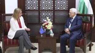 La chef de la diplomatie européenne Federica Mogherini lors de sa rencontre avec le président palestinien Mahmoud Abbas, à Ramallah, le 8 novembre 2014.