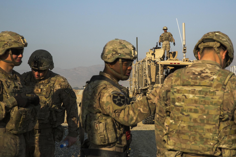 Soldados americanos terminam último exercício perto da base de Gamberi, no Afeganistão