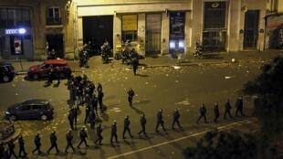 """Полицейские вблизи зала """"Батаклан"""" перед штурмом 14 ноября 2015"""