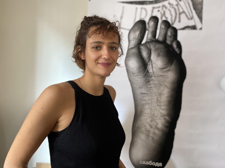 Clara Saracho de Almeida, no seu atelier em Paris, em frente a uma obra que levou à Bielorrússia em 2017. 21 de Setembro de 2020.