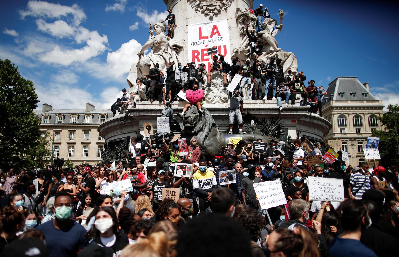 Em Paris, militantes antirracismo protestaram na Praça da República, centro da capital francesa, neste sábado (13).