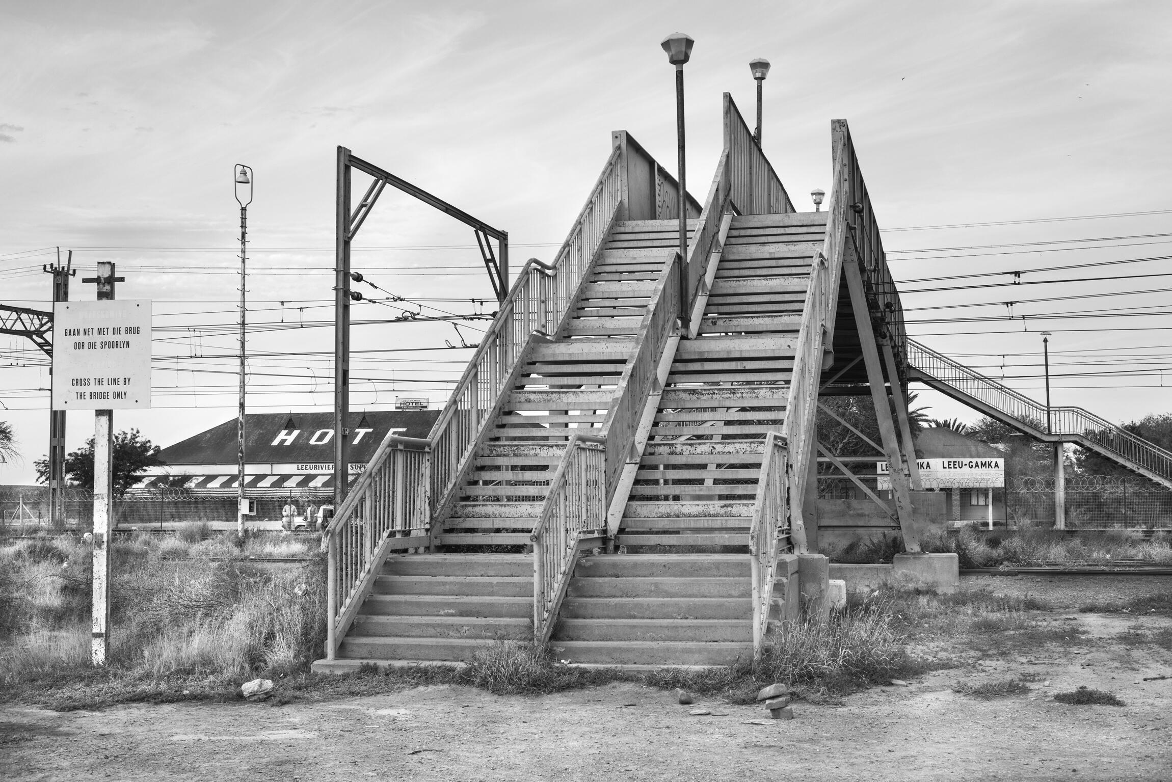 Cây cầu vắt ngang đường rầy xe lửa ở ngôi làng Leeu Gamka. Ảnh chụp tháng 8/2016.
