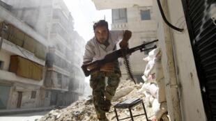 Un combattant de l'ASL dans les décombres à Alep, en août 2012.