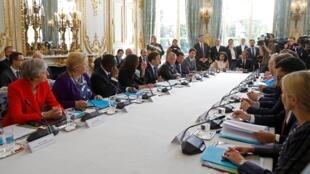"""法国总统马克龙与正在巴黎访问的新西兰首相阿德恩15日在巴黎联合发起""""基督城呼吁"""",与近20国家政要以及世界网络巨头企业领导人,共同呼吁在网络上打击恐怖主义和暴力极端主义。"""