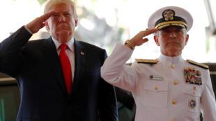 图为美国总统特朗普亚洲之行先期抵访夏威夷太平洋司令部与哈里斯海军上将会晤