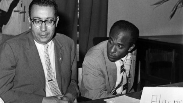 Léopoldville, ex-Congo belge, le 27 août 1960. Frantz Fanon (à droite) et M'Hamed Yazid représentent le Front national de libération algérien à la conférence panafricaine.