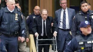 Харви Вайнштейн прибыл на судебное заседание в Нью-Йорке с ходунками, 6 января 2020 г.