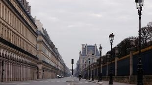 La rue de Rivoli déserte à Paris, un verrouillage imposé pour ralentir le taux de la maladie à coronavirus Covid-19 en France.