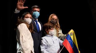 O opositor venezolano Leopoldo López ao lado das mulheres e dos filhos e de sua mulher, Lilian Tintori, em Madri, nesta terça-feira, 27 de outubro.