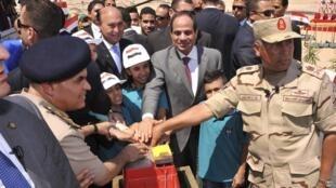Le président égyptien Abdel Fattah al-Sissi (centre) a donné le coup d'envoi des grands travaux du canal de Suez, le 5 août 2014.