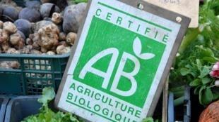 El logo francés de agricultura biológica u orgánica en un mercado.