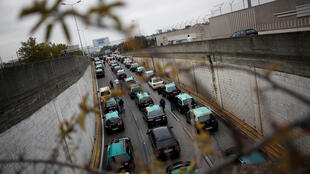 As ruas de dão acesso ao aeroporto de Lisboa foram bloqueadas pelos taxistas durante o protesto.