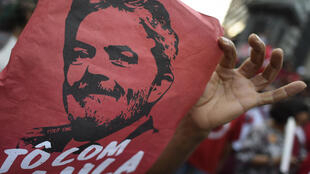Des partisans de l'ancien président brésilien Lula le 6 avril 2018 à Belo Horizonte.