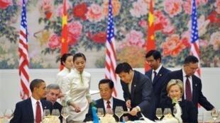 Le président américain Barack Obama (g),  le président chinois Hu Jintao (c), et la secrétaire d'Etat Hilary Clinton (d).