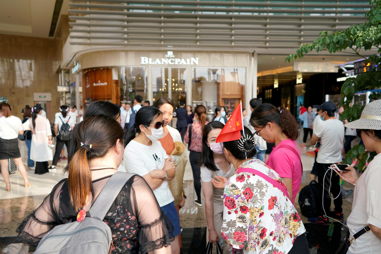 2018年8月20日,中國個人對個人(peer-to-peer, P2P)網絡借貸平台票票喵(PPMiao)的投資人,前往該公司股東位於上海金融區的辦公室抗議。