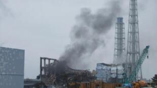 Au Japon, le réacteur n°3 de la centrale Fukushima Daiichi, d'où s'échappe de la fumée, le 21 mars 2011.