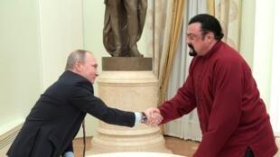 Попытка задействовать Сигала вроли дипломата неновадля Кремля, напоминает французскийжурнал Les Inrocks