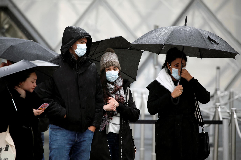 Turistas se depararam com o Museu do Louvre fechado no domingo (1°) e segunda-feira (2).
