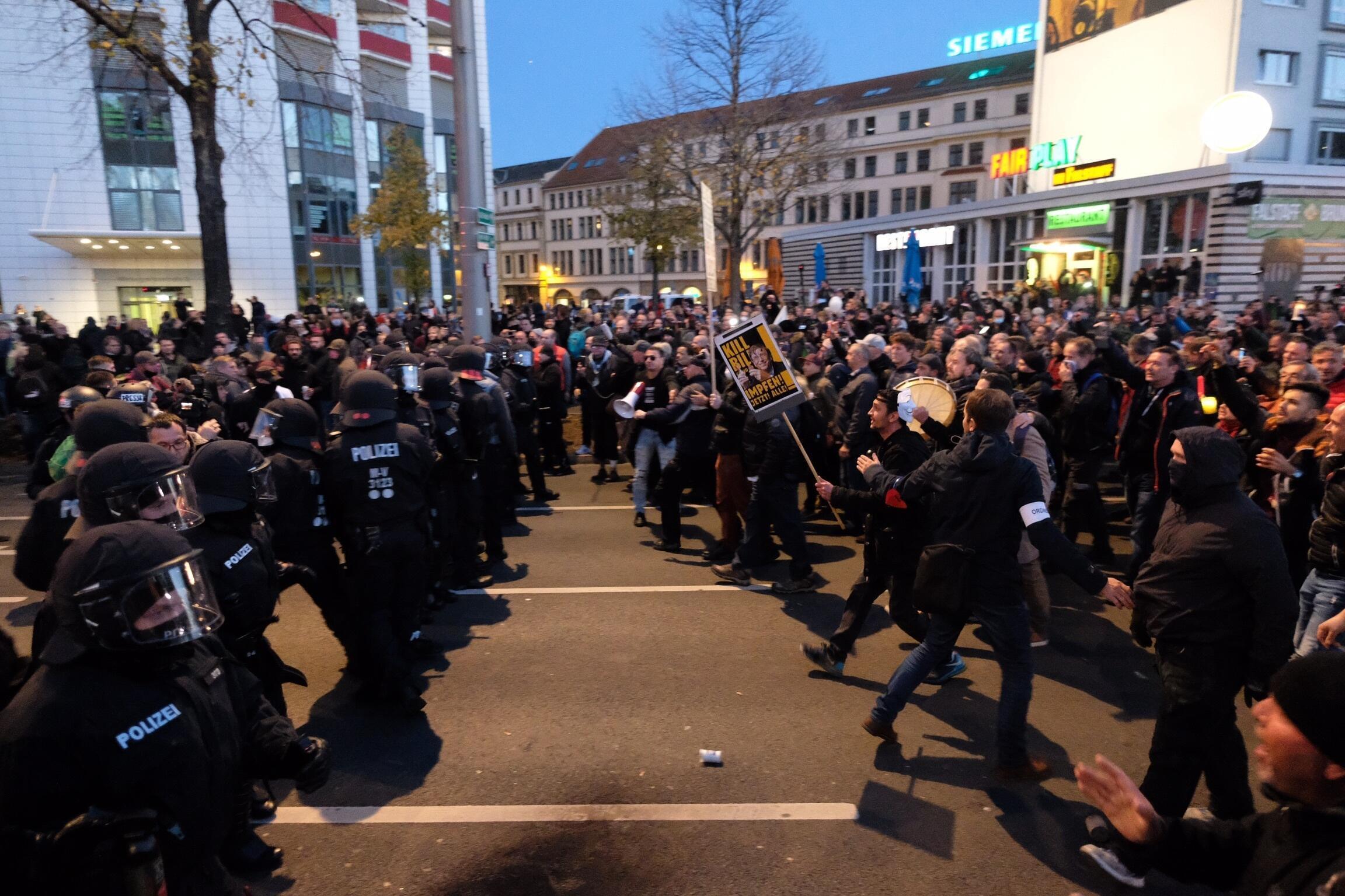 Covid-19 : à Leipzig, des milliers d'«anti-masques» protestent contre le reconfinement partiel