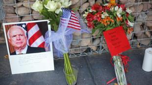 Người dân Mỹ đặt hoa tưởng niệm thượng nghị sĩ John McCain tại văn phòng của ông ở Phoenix, Arizona, ngày 26/08/2018.
