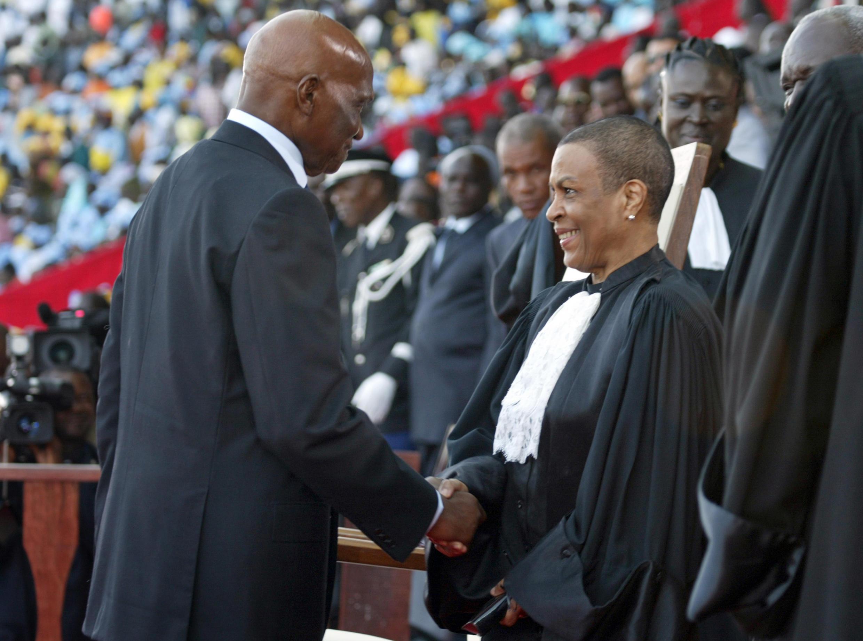 Le président sénégalais Abdoulaye Wade salue Mireille Ndiaye, présidente du Conseil constitutionnel, le 3 avril 2007.