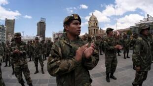 Sargentos y suboficiales, la mayoría de origen indígena, protestan contra la discriminación en el Ejército, este 29 de abril en La Paz.