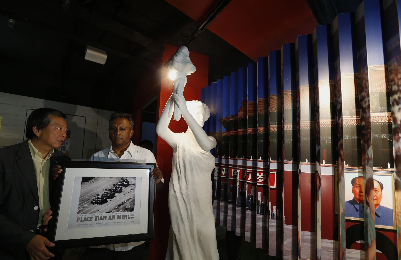"""Tổng thư ký Amnesty International Salil Shetty tặng bức ảnh """"Tank Man"""" cho ông Lee Cheuk-yan, chủ tịch Liên minh ủng hộ phong trào dân chủ tại Hồng Kông - REUTERS /Bobby Yip"""