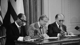 """قرارداد """"کمپ دیوید"""" در سال ۱۹۷۸ میلادی با میانجیگری """"جیمی کارتر"""" رئیس جمهوری وقت آمریکا، در کاخ سفید به امضای رئیس جمهوری وقت مصر """"انورالسادات"""" و """"مناخیم بگین"""" نخستوزیر وقت اسرائیل رسید."""