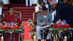 Tân thủ tướng Nepal Khadga Prasad Sharma Oli (P) ký giấy tuyên thệ nhậm chức trước sự hiện diện của tổng thống Bidhya Devi Bhandari (T). Ảnh 15/02/2018.