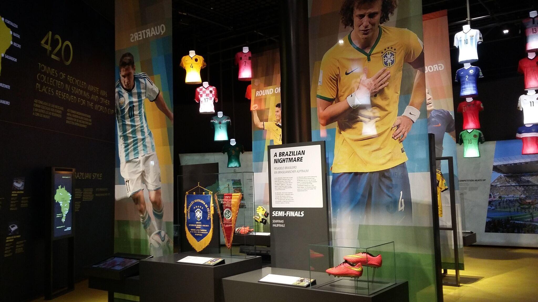 O pesadelo do Brasil com a derrota de 7 a 1 para a Alemanha foi retratado na exposição.