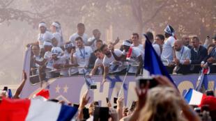 Desfile de la victoria de Francia en los Campos Elíseos - París, Francia - 16 de julio de 2018. Olivier Giroud juntos a sus compañeros de equipo en el autobús durante el desfile