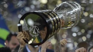 (ARCHIVO) En esta foto de archivo tomada el 7 de julio de 2019, el brasileño Dani Alves levanta el trofeo tras ganar la Copa América tras vencer a Perú en la final del torneo de fútbol en el Estadio Maracaná de Río de Janeiro, Brasil. En el inicio, la federación sudamericana de fútbol CONMEBOL el 31 de mayo de 2021 trasladó la Copa América 2021 a Brasil después de despojar a Argentina de partidos en medio de un aumento de Covid-19, y coanfitrión de Colombia debido a disturbios sociales.
