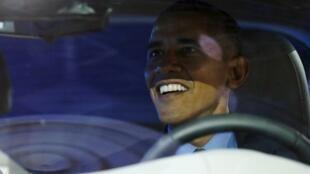 Le président Obama au volant d'une voiture électrique Chevrolet Bolt au salon de l'auto de Detroit, le 20 janvier 2016.