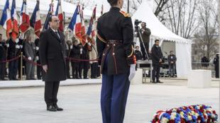 Le président français Francois Hollande assiste à la cérémonie de commémoration de la fin de la guerre avec l'Algérie à Paris, France, le 19 mars 2016.