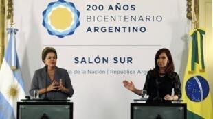 A presidente brasileira Dilma Rousseff e a presidente argentina Cristina Kirchner na Casa Rosada nesta quinta-feira, dia 25 de abril.