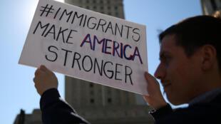"""Người biểu tình chống sắc lệnh nhập cư của tổng thống ngày 9/03/2017 tại New York, Hoa Kỳ và khẩu hiệu: """" Người nhập cư làm nước Mỹ mạnh hơn"""""""