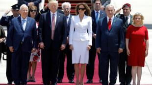 Từ trái sang phải : Tổng thống Israel Reuven Rivlin, TT Mỹ Donald Trump, phu nhân  Melania Trump, thủ tướng Israel Benjamin Netanyahu và phu nhân Sara. Ảnh tại phi trường quốc tế Ben Gurion.