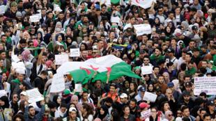 Sinh viên Algéria biểu tình ở thủ đô phản đối tổng thống Abdelaziz Bouteflika tái tranh cử nhiệm kỳ thứ năm, ngày 05/03/2019