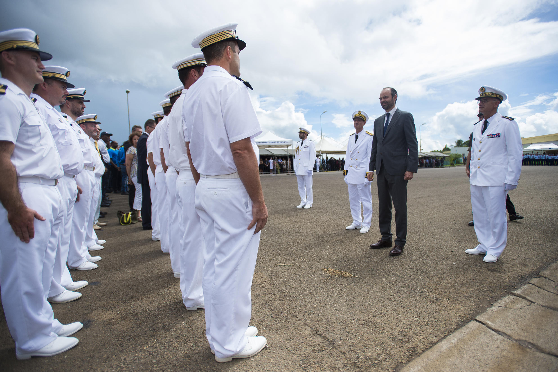 Le Premier ministre français Edouard Philippe rend hommage aux jeunes du RSMA (Régiment du service militaire adapté), à Fort-de-France, le 4 novembre 2017.