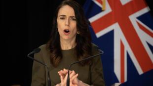 La Première ministre néo-zélandaise Jacinda Ardern s'est résolue à reporter les élections législatives du 19 septembre 2020 à cause d'une seconde vague de la pandémie dans le pays.