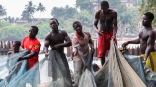 Un groupe de pêcheurs à Grand-Béréby, dans le sud-ouest de la Côte d'Ivoire, à proximité de la frontière avec le Liberia.