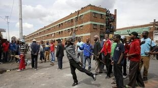Violência contra estrangeiros em frente de um centro de acolhimento em Joanesburgo.