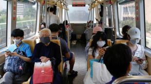 Trong một toa tàu điện tại Đài bắc, Đài Loan ngày 26/03/2020.