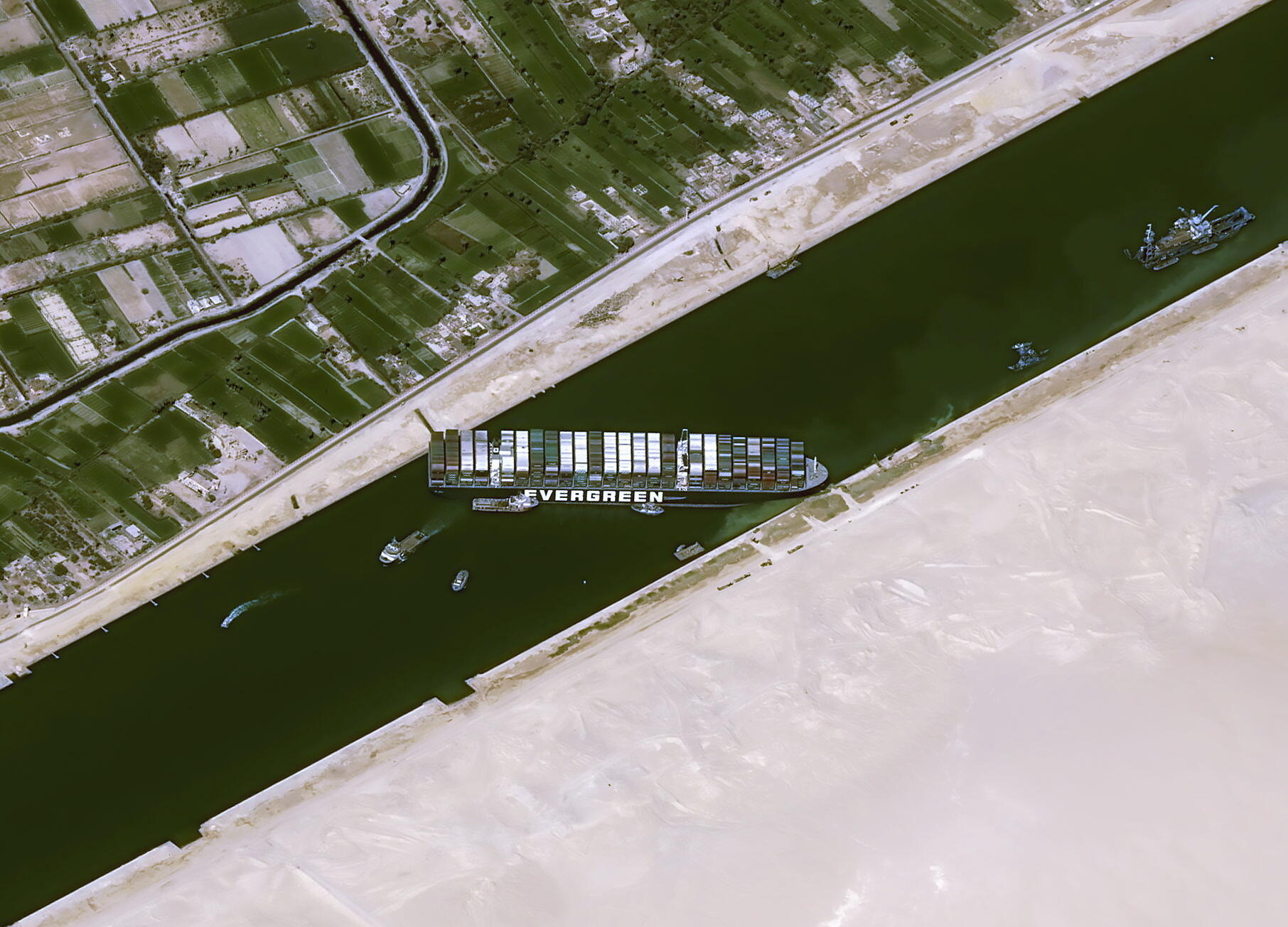 Ảnh vệ tinh cho thấy cảnh tàu Ever Given (của tập đoàn Đài Loan Evergreen) chắn ngang kênh Suez. Ảnh chụp ngày 25/03/2021.
