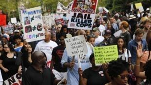 «Emprisonnez les policiers tueurs!»; «Nous sommes Garner, Brown, Martin!»: quelques-uns des slogans que l'on pouvait lire lors de la manifestation contre les violences policières, à New York, en août 2014.
