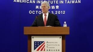 美国在台协会马启思处长2012年10月3日在台北的一次记者会上宣布,美国国土安全部正式将台湾列为「免签证计划」的成员。