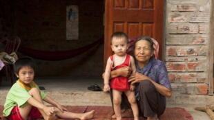 Des enfants avec un membre de leur famille dans le parc vietnamien de Phong Nha- Ke Bang
